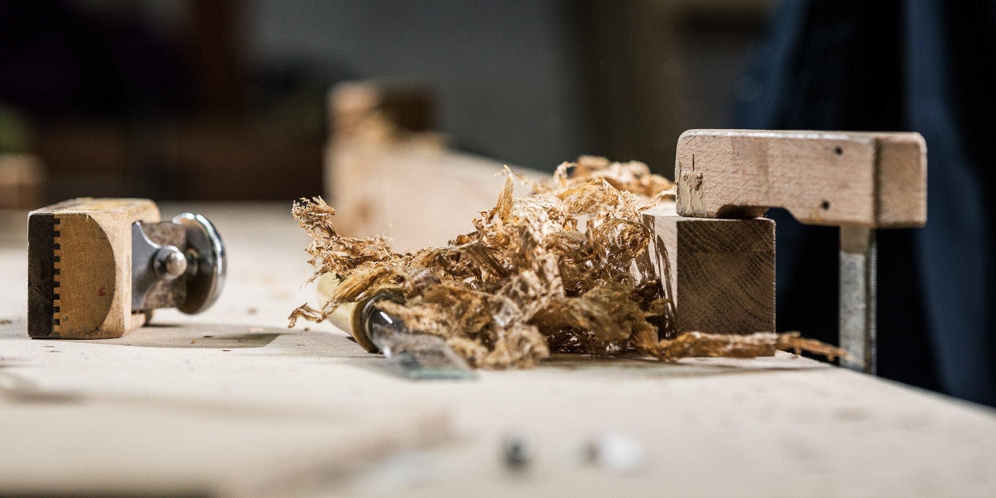 Hobel und Holzspähne auf der Werkbank