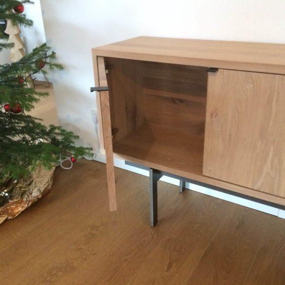 Sideboard Tüütwelp weiß geölt mit geöffneter Tür beim Kunden im Wohnzimmer
