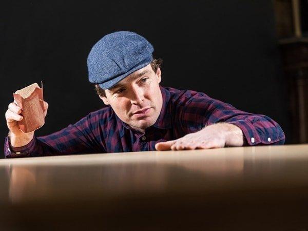 Lars Wilmer mit einem Schleifklotz in der Hand
