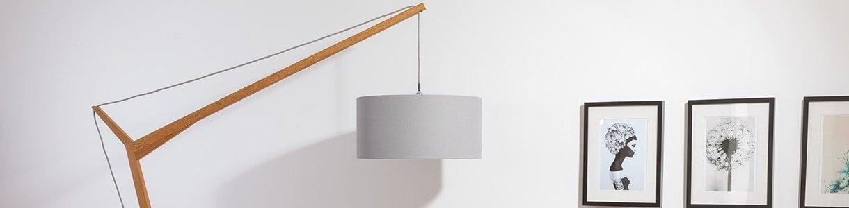 Lampe Krunekraan neben Wandbilder im Wohnzimmer, Seitenansicht