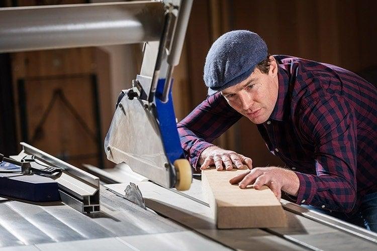 Lars Wilmer bearbeitet Holz an der Formatkreissäge